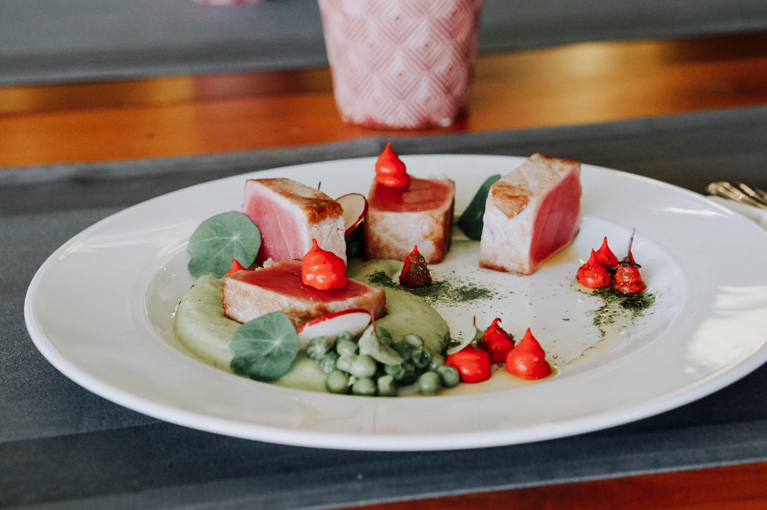 Ton roșu cu sos wasabi și piure de mazăre